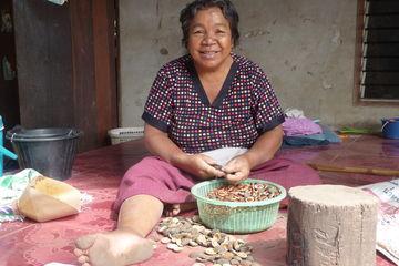 vriendelijke vrouw in lokaal bru dorpje - Khong Jiam - Thailand